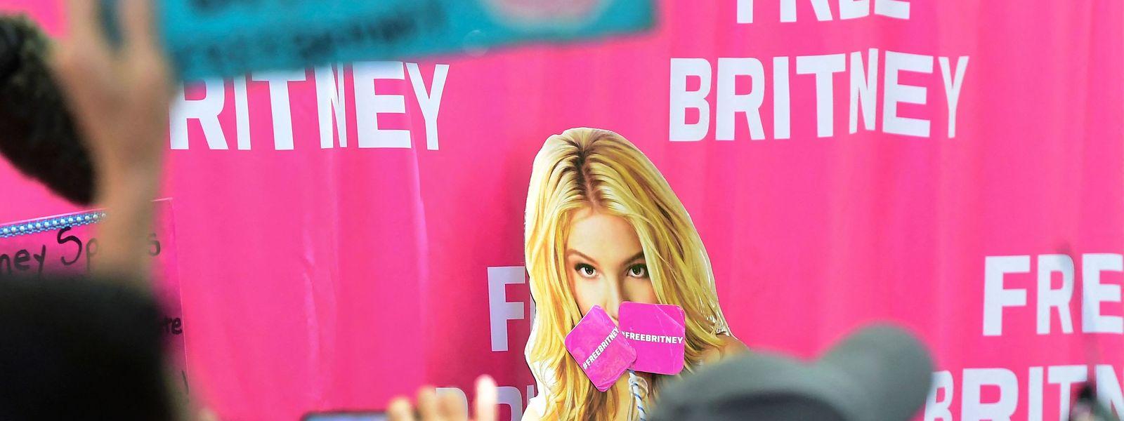 """Unterstützer von Britney Spears haben sich vor dem Gerichtsgebäude versammelt und tragen Banner mit der Aufschrift """"Free Britney""""."""