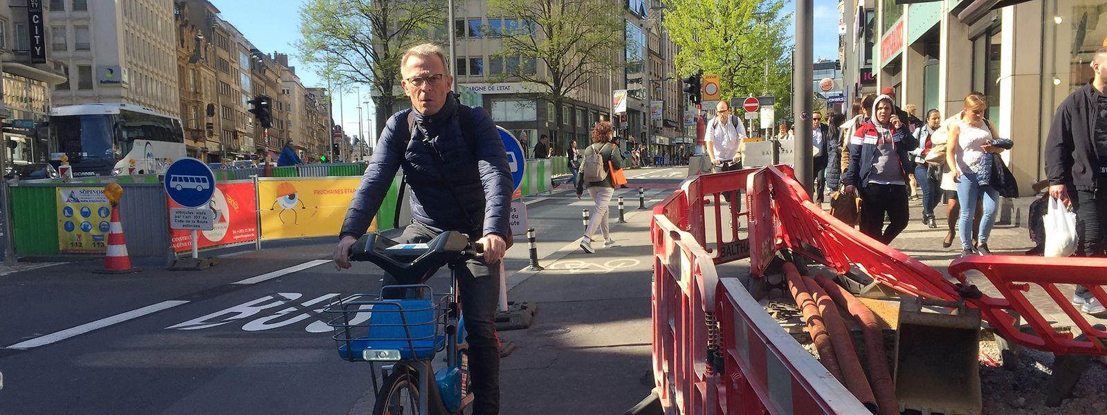Radfahrer werden derzeit an der Place de la Gare direkt ins Ungewisse gelotst.