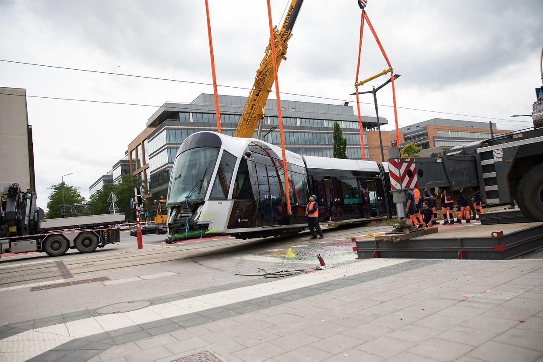 Am Nachmittag wurde die Tram mit einem Kran wieder in ihre Schienen gehoben.