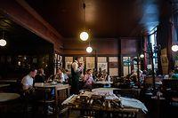 ARCHIV - 30.09.2016, Österreich, Wien: Gäste unterhalten sich in einem Kaffeehaus. (zu dpa «Öffnungsplan in Österreich bestätigt: Lokale ab 15. Mai wieder offen») Foto: Christian Bruna/EPA/dpa +++ dpa-Bildfunk +++