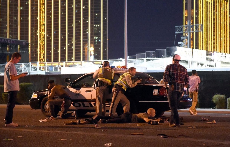 Erste Fotos vom Tatort zeigen flüchtende Konzertbesucher und Personen, die am Boden liegen.