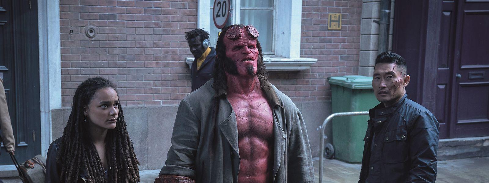 David Harbour (M.) spielt im Reboot den Antihelden Hellboy.