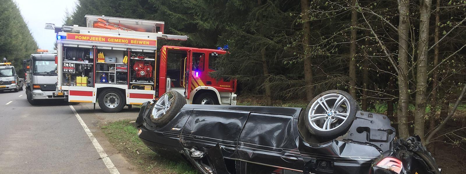 Eine Person wurde in ihrem Wagen eingeklemmt und schwer verletzt ins Krankenhaus gebracht.