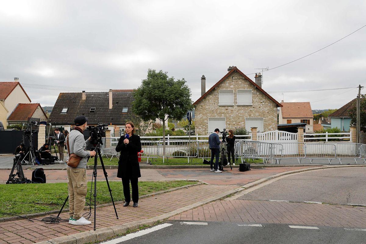Jornalistas na rua onde mora Guy João, em Limay, sábado de manhã, ainda ele era tido como o assassino de Nantes.