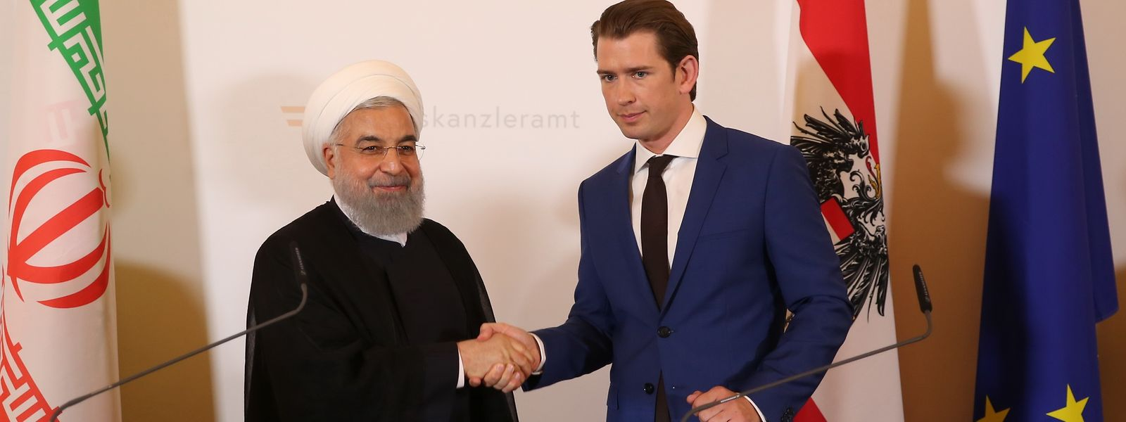 Hassan Ruhani (l), Präsident des Iran, schüttelt die Hand vonSebastian Kurz (r),Bundeskanzler vonÖsterreich, nach einer gemeinsamen Presseerklärung in der Wiener Bundeskanzlei.