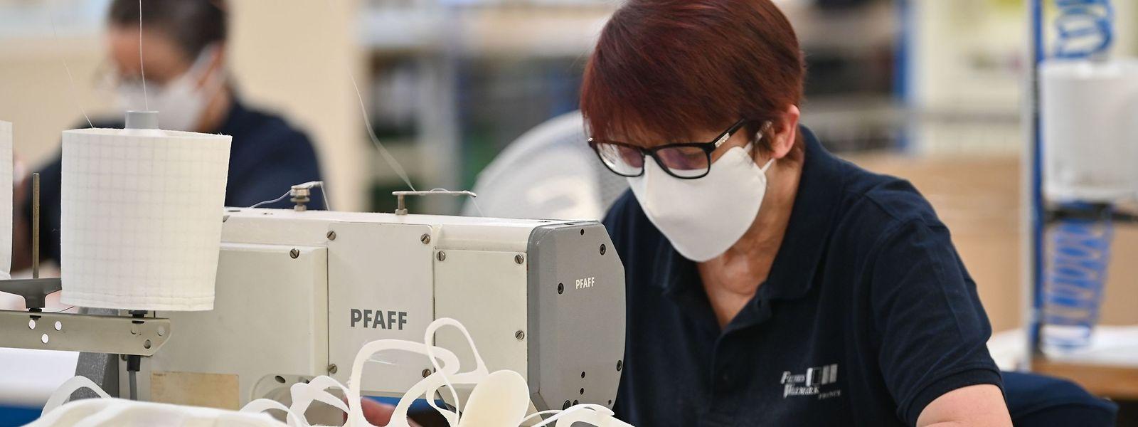 Certains atelier de couture ont abandonné les modèles usuels pour se concentrer sur la production de masques.