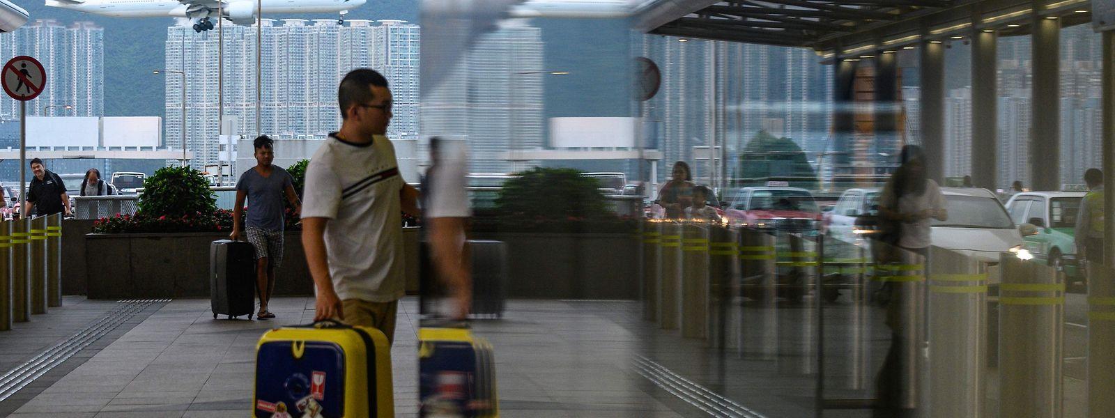 Retour à la normale à l'aéroport de Hong Kong, mais la tension demeure. Des chars de l'armée chinoise se sont positionnés à Shenzhen.
