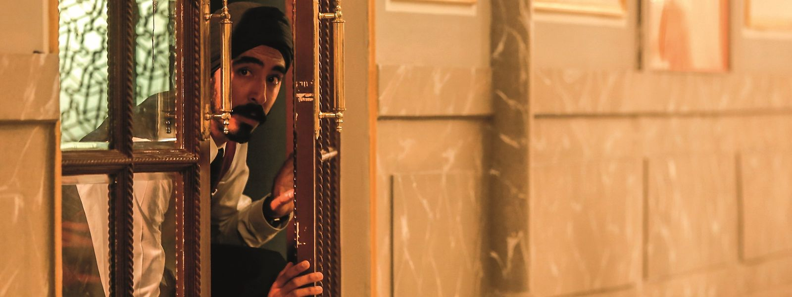 Kellner Arjun (Dev Patel) versucht, unter Einsatz seines Lebens, die Gäste vor den Angreifern zu retten.