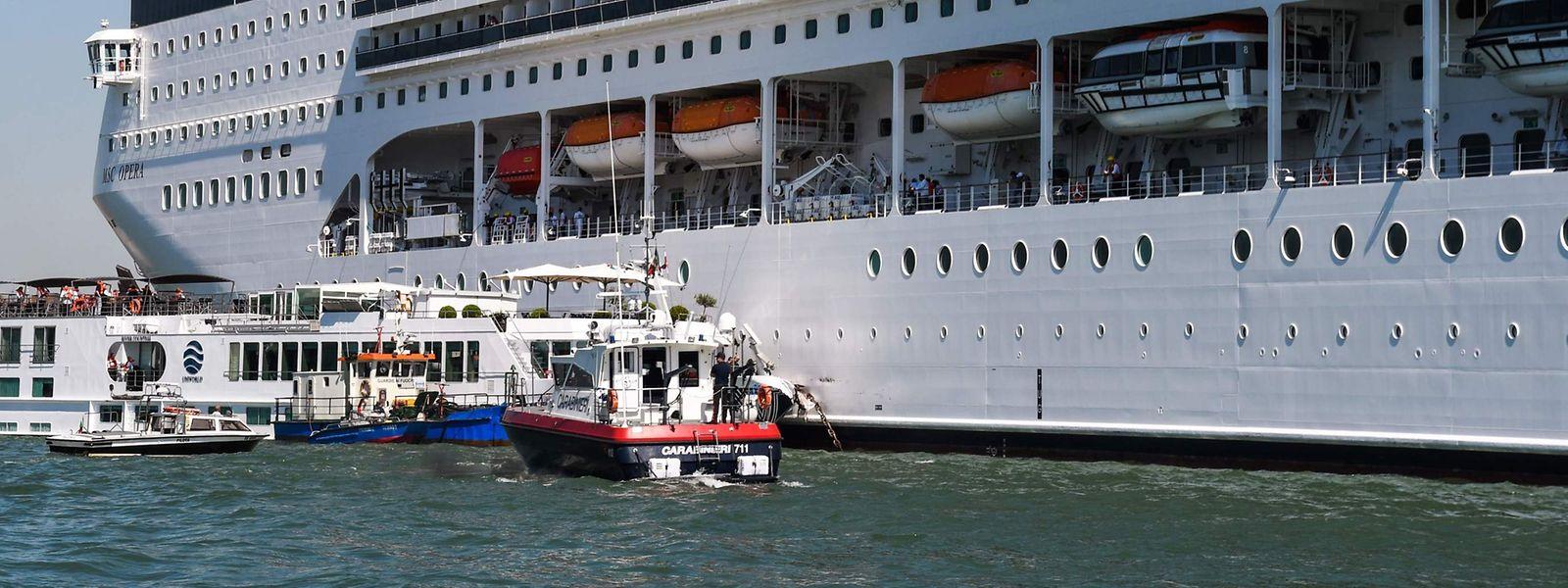 Rettungsboote der Carabinieri und der Hafenfeuerwehr am Ort der Kollision.