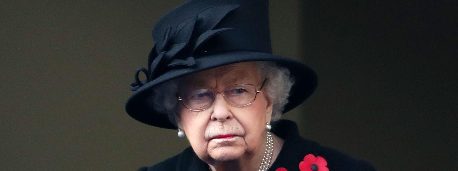Ganz in Schwarz gedenkt die Queen der Weltkriegsopfer am Cenotaph-Monument.