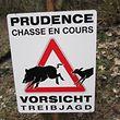 Wer diese Schild sieht, sollte den Wald nicht betreten - das Stören einer Jagd ist laut Gesetz sogar strafbar.