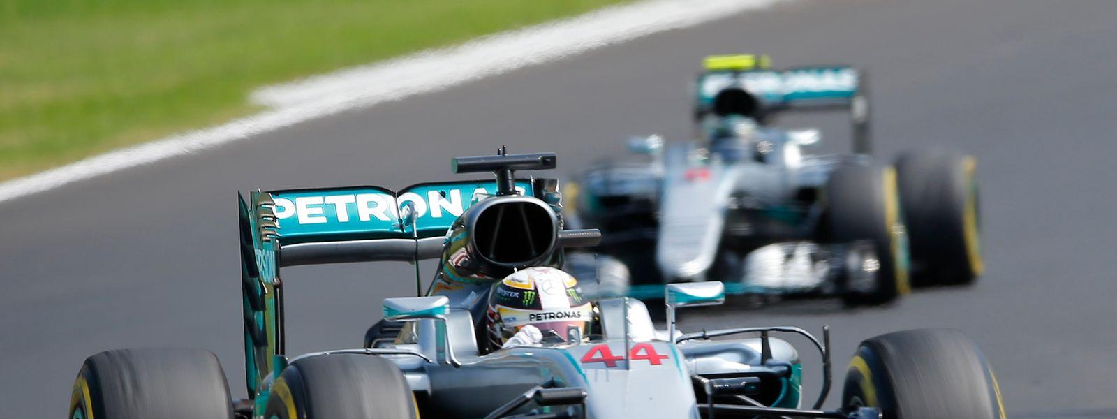 Lewis Hamilton (vorne) erfährt sich sechs Punkte Vorsprung im Gesamtklassement.