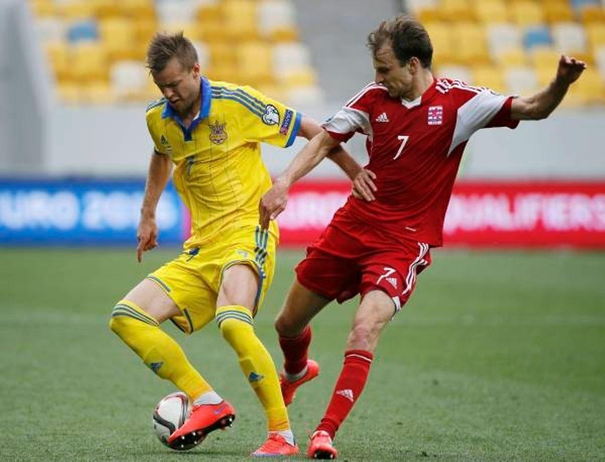 Andriy Yarmolenko et Lars Gerson en duel. Les Ukrainiens ont fait la différence en début de seconde période.