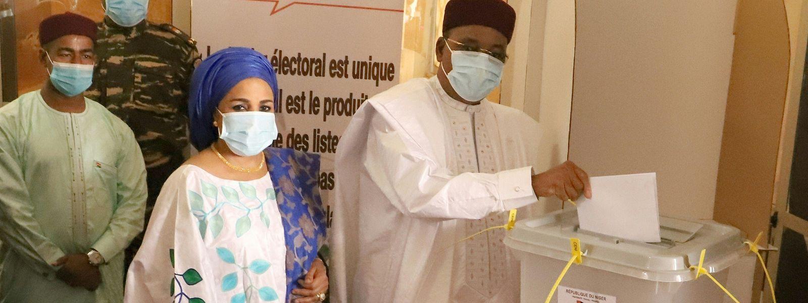 Präsidentschaftskandidat Mahamadou Issoufou gibt seine Stimme ab. Niger zählt zu den ärmsten Ländern der Welt.