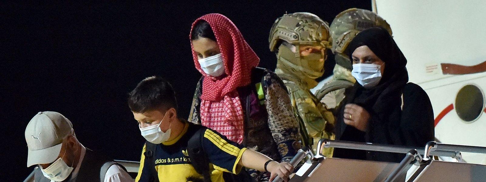 Une fois sur le sol belge, les rapatriés d'Afghanistan font un détour par la caserne de Peutie, à Vilvorde. Ils y passent des examens médicaux et des contrôles d'identité en présence de l'Office des Etrangers, de la Sûreté de l'Etat et des services de renseignements militaires.