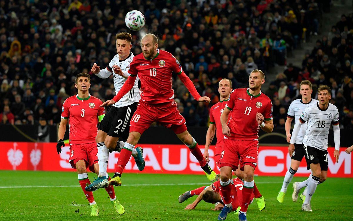 La Biélorussie d'Ivan Maevskiy (en rouge, n°18) garde ses chances de se qualifier pour la phase finale de l'Euro, via les barrages de la Ligue des Nations
