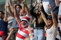 Ein Fola-Fan mit Weihnachtsmütze jubelt, freut sich, Jubel, Freude nach dem 0:3, kurios, Zuschauer, Fans/ Fussball BGL Ligue Luxemburg, 30. Spieltag, Saison 2020-2021 / 30.05.2021 /Jeunesse Esch - CS Fola Esch (Esch/Alzette) / Stade de la Frontière, Esch-Alzette /Foto: Ben Majerus
