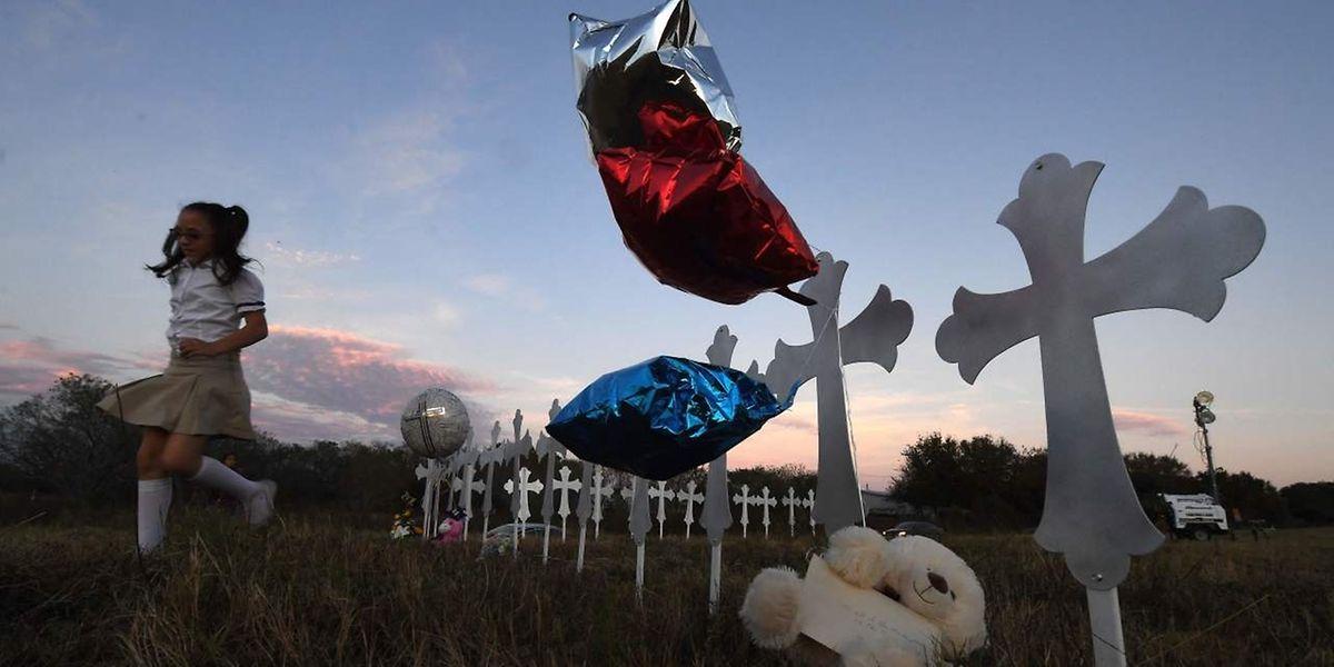 Mit einem Kreuz für jedes Opfer gedachten die Menschen in Texas der Opfer des Massakers.