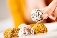 ILLUSTRATION - Zum Themendienst-Bericht von Julia Felicitas Allmann vom 20. März 2019:Nährstoffreiche Kalorienbomben:Energy Balls sind für den Körper besser als Schokopralinen. Unbegrenzt sollte man sie aber nicht naschen. Foto: Franziska Gabbert/dpa-tmn - Honorarfrei nur für Bezieher des dpa-Themendienstes +++ dpa-Themendienst +++