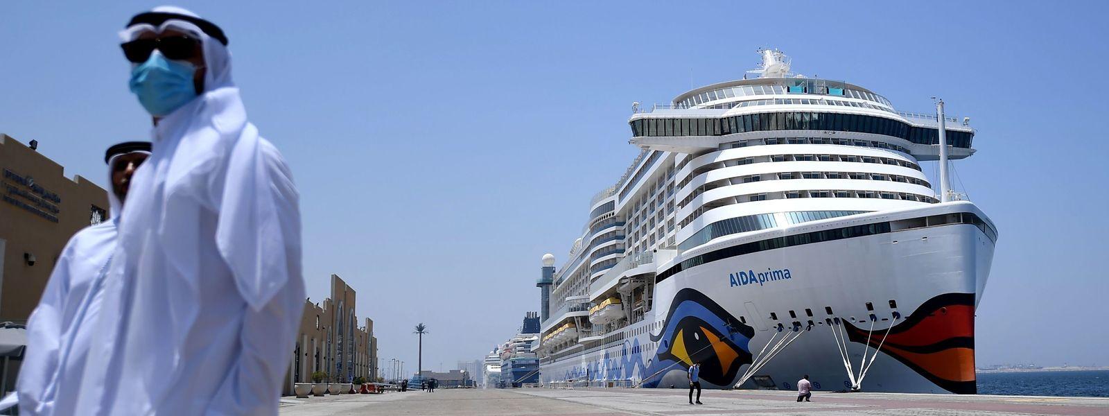 """In Lauerstellung: Die """"AIDA Prima"""" liegt mit vielen anderen Schiffen im Hafen von Dubai. Die Weiterfahrt wird sich verzögern."""