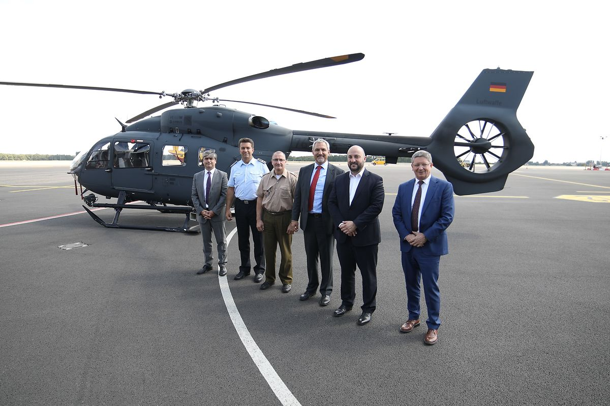 Le ministre Etienne Schneider (2e en partant de gauche), avait annoncé le 27 juillet 2018 la commande ferme par la Défense luxembourgeoise de deux hélicoptères multi-rôle Airbus du type H145M.