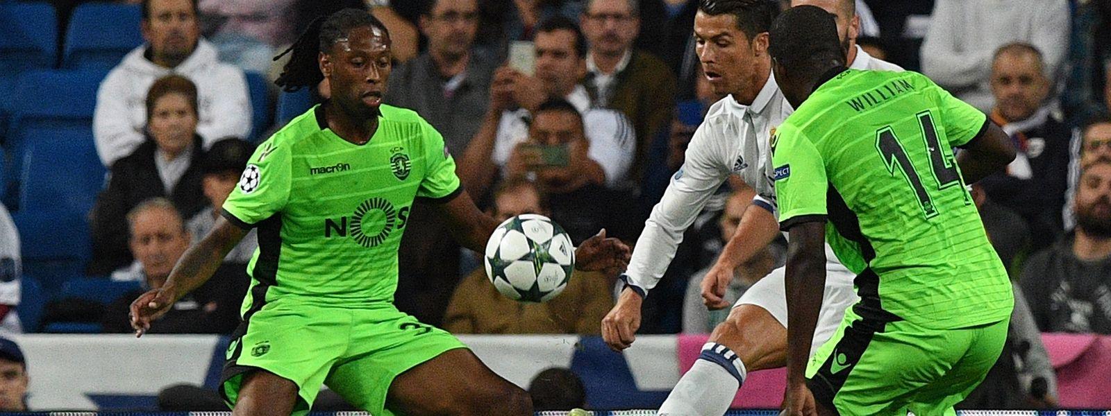 Cristiano Ronaldo (no meio) empatou para o Real a um minuto do fim e Álvaro Morata deu a vitória aos 'merengues'