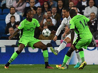 Real Madrid's Portuguese forward Cristiano Ronaldo (C) vies with Sporting's defender Ruben Semedo (L) and Sporting's midfielder William Carvalho during the UEFA Champions League football match Real Madrid CF vs Sporting CP at the Santiago Bernabeu stadium in Madrid on September 14, 2016. / AFP PHOTO / GERARD JULIEN