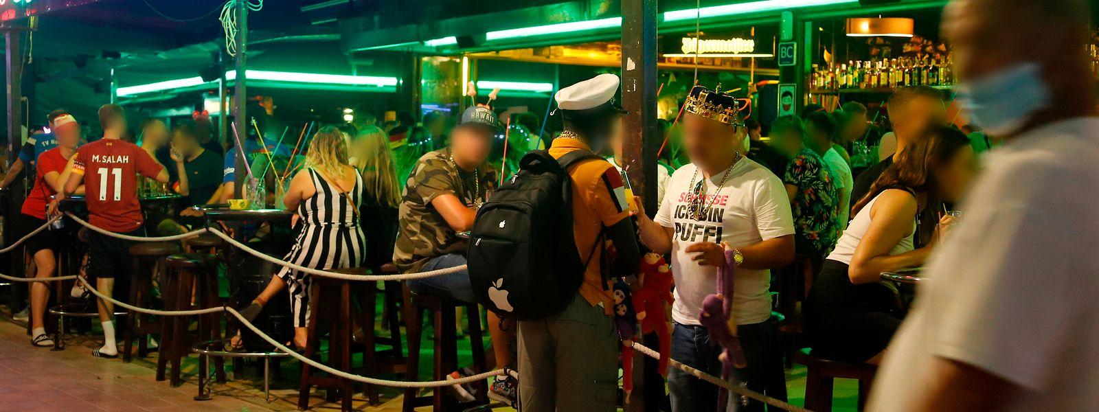 Die Bars in der Bierstraße an der Playa de Palma sind gut gefüllt.