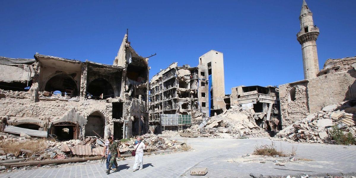 Un soldat syrien de l'armée de Bachar Al Assad dans un quartier d'Alep le 16 septembre. La ville a sombré dans le chaos mi-2012.
