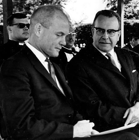 Armeeminister Marcel Fischbach (l.) und John Glenn (r.) auf dem Hammer Friedhof.