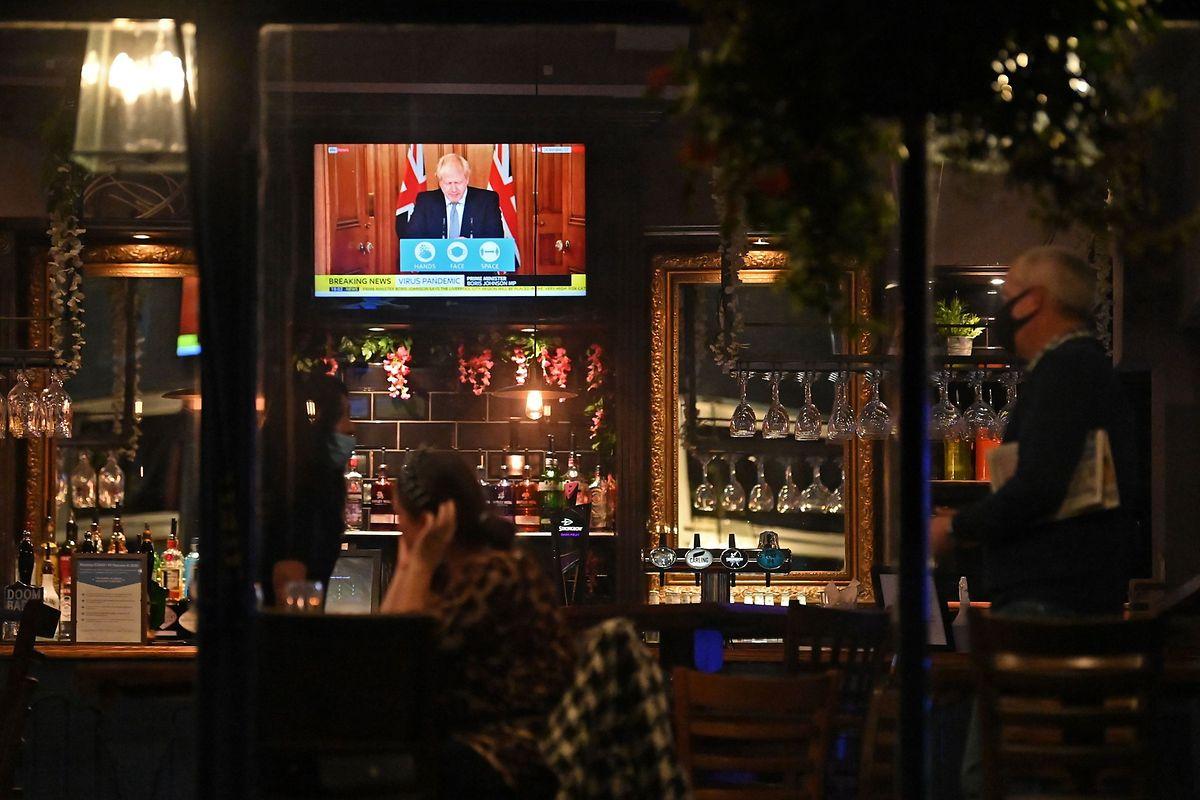 In britischen Pubs werden künftig unterschiedliche Regeln gelten, abhängig davon, ob eine Region als besonders gefährdet eingestuft wird.