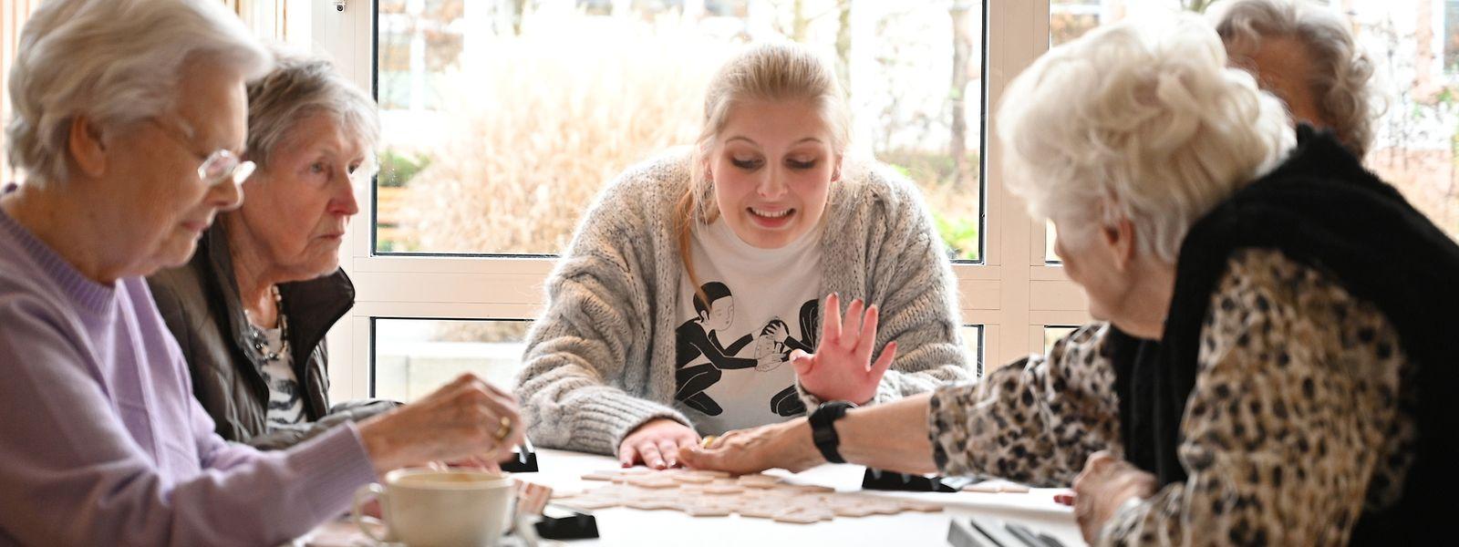 Die Studentin wohnt mietfrei - dafür, dass sie mit den Bewohnern Zeit verbringt.