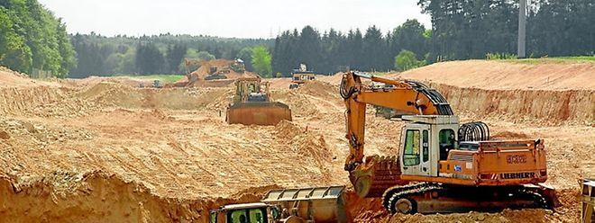 """Erdbewegungsarbeiten auf dem """"Haeschtref erbierg"""": Noch rund 90 000 von 600 000 Kubikmetern Sandstein bleiben abzutragen."""