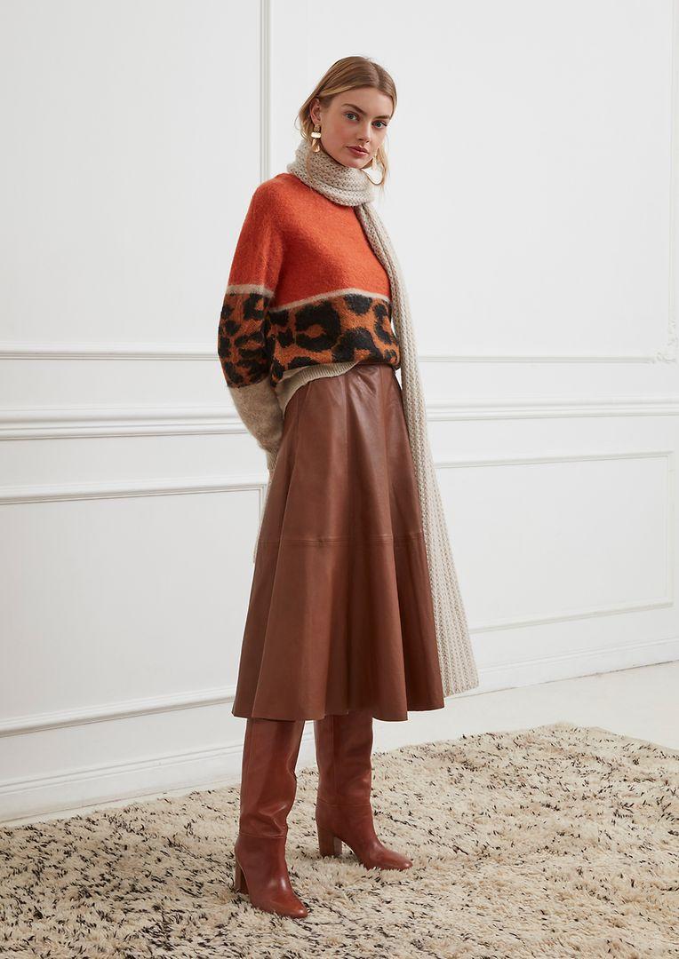 Midi-Röcke, wie hier von Oui, erinnern an die 1970er-Jahre. (Pullover um 120 Euro, Midi-Rock um 300 Euro, Schal um 80 Euro).