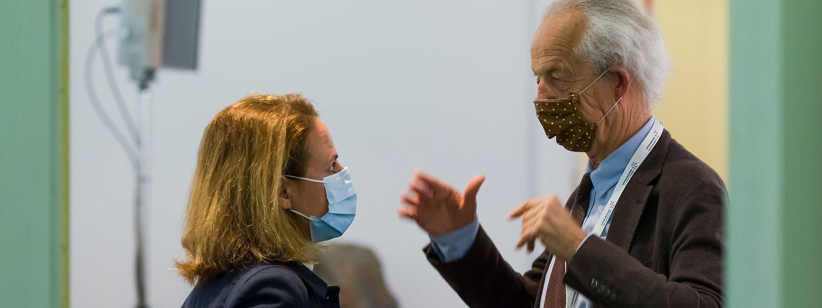 """""""Wir müssen noch mehr dafür sensibilisieren, sich an die gestes barrière zu halten, Distanz zu wahren, auch im Zimmer die Maske anzubehalten"""", meint Cahen, hier mit Copas-Präsident Marc Fischbach, einem """"ganz wichtigen Partner""""."""