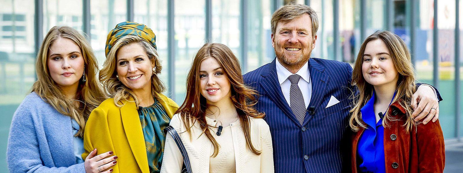 Sie hält die Familie zusammen: Königin Maxima (2.v.l.) mit ihrem Mann, König Willem-Alexander, und den Töchtern Ariane (r.), Alexia (M.) und Amalia (l.) - hier bei einer Aufnahme am Königstag, der am 27. April gefeiert wurde.