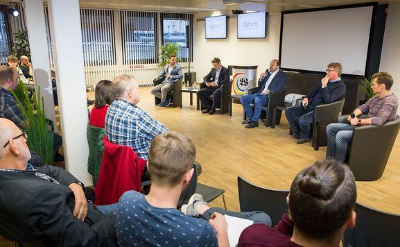 """Die Diskussionsrunde in den Räumlichkeiten des """"Luxemburger Wort""""."""