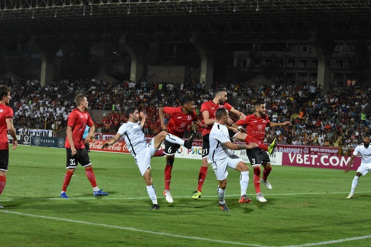 Gare à la force de frappe du FC Ararat-Armenia, personnalisée ici par Pashov (n°6), Damcevski (n°21) et Angelo Meneses (n°3)