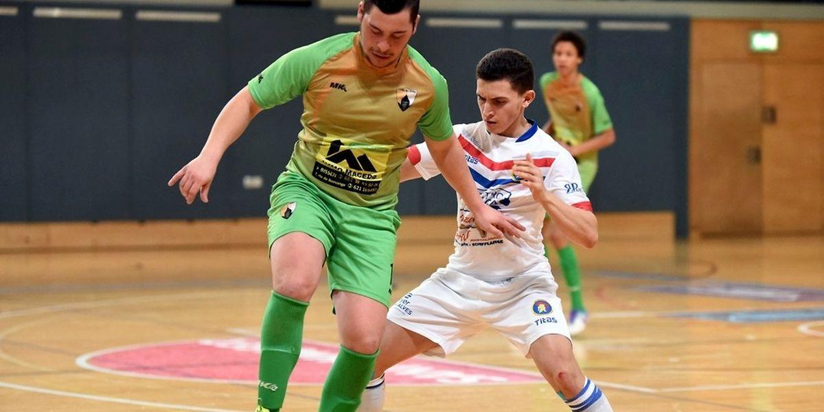 Achraf Abou Er Raja (AS Sparta Dudelange, en blanc) presse Ruben Correia (Futsal All Stars Colmar-Berg)