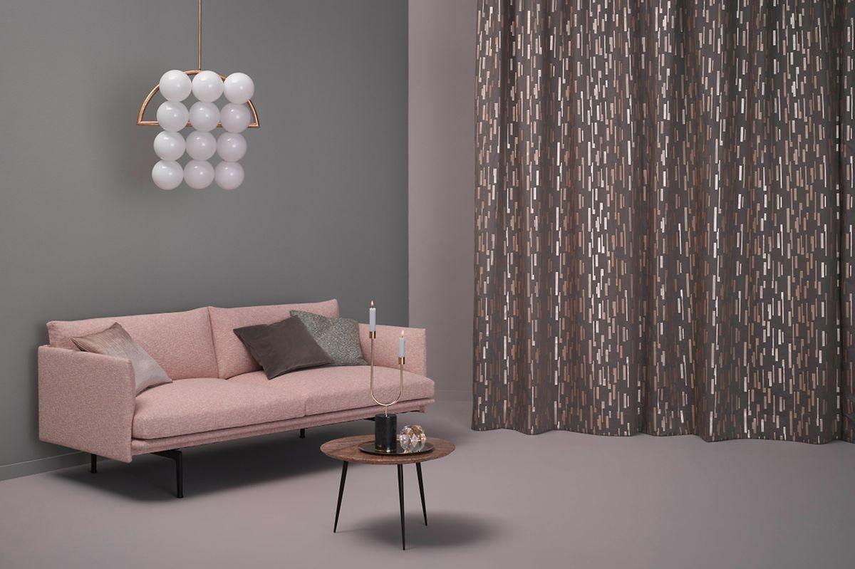 Elegant wirken Stoffe mit schimmernden Elementen, die derzeit bei den Heimtextilien ebenfalls im Trend liegen.