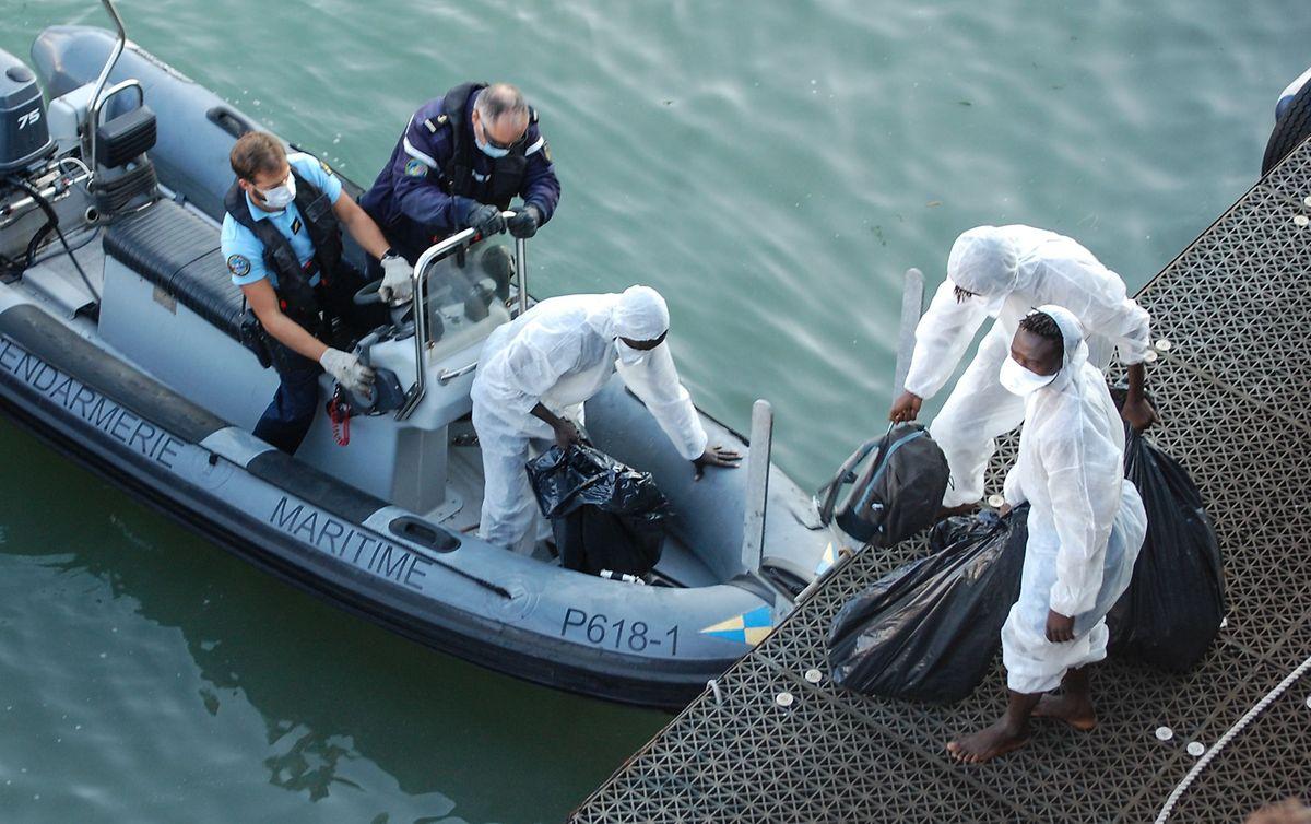 Französische Gendarmen nach der Rettung von Migranten in Calais.