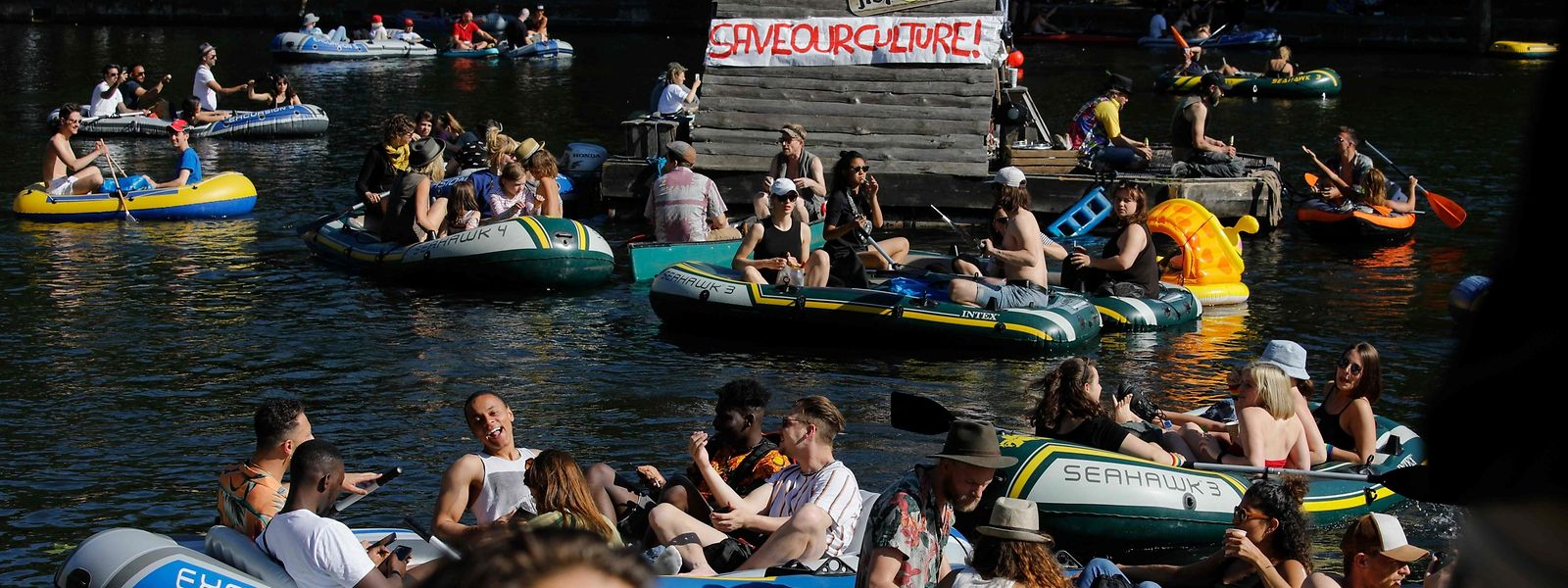 """""""Grob fahrlässig"""": Bei einer Bootsdemo am Pfingstwochenende feierten tausende junge Berliner. Auf Distanzregeln wurde wenig geachtet."""