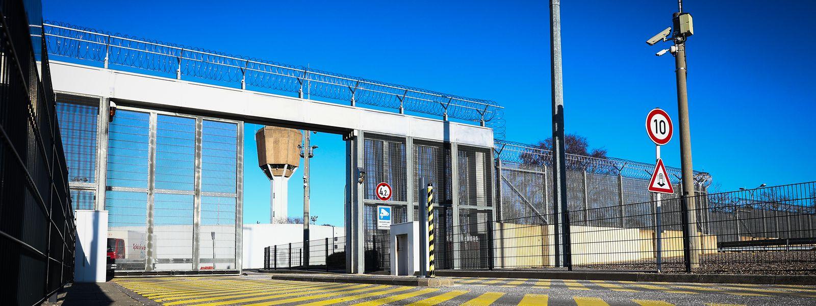 Es gibt konkrete Überlegungen dazu, die Haftanstalt Schrassig, die in den 1970er-Jahren geplant wurde, in zwei Phasen abzureißen und durch eine hochmoderne Anstalt an gleicher Stelle zu ersetzen.