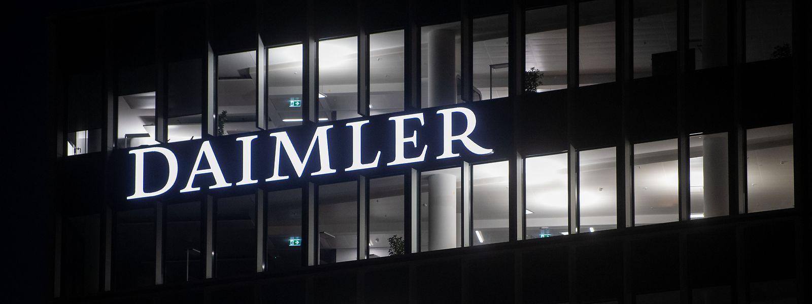 Die Fenster an der Konzernzentrale der Daimler AG in Stuttgart sind beleuchtet.
