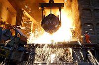 13.07.2018, China, Dalian: In einer chinesischen Stahlfabrik wird ein Guss durchgeführt. Zuletzt hatte die US-Regierung eine Liste mit Waren aus China im Wert von 200 Milliarden US-Dollar vorgelegt, die mit Zusatzzöllen in Höhe von zehn Prozent belegt werden könnten. Foto: Liu Debin/SIPA Asia via ZUMA Wire/dpa +++ dpa-Bildfunk +++