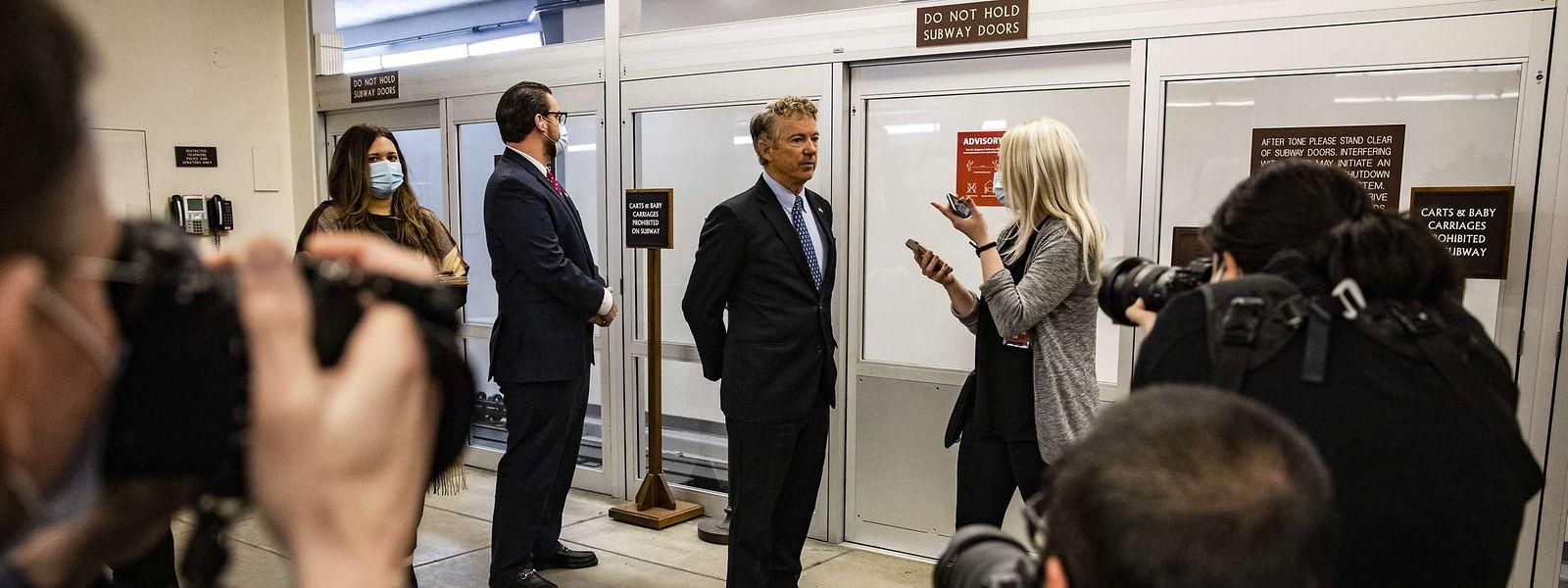 Der republikanische Senator Rand Paul aus Kentucky (Mitte) hat einen Antrag eingebracht, der die Rechtmäßigkeit des Verfahrens anzweifelt.