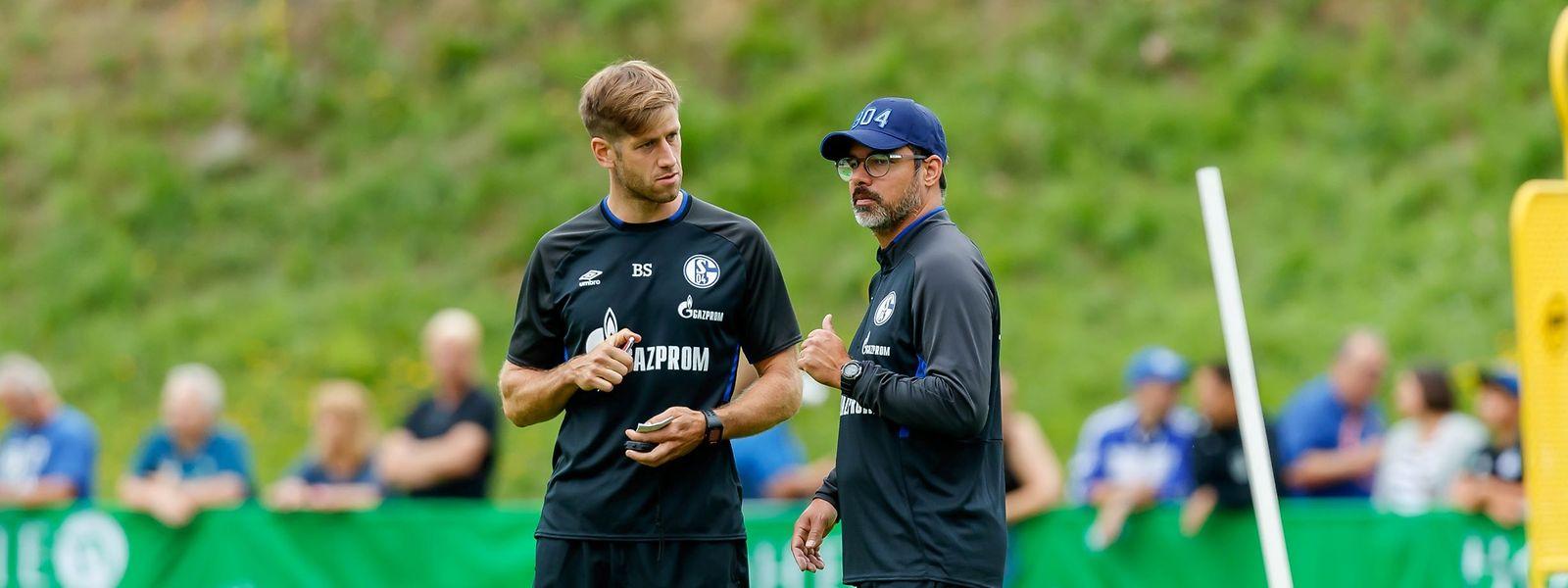 Bob Schoos im Gespräch mit Schalkes Ex-Trainer David Wagner (r.).
