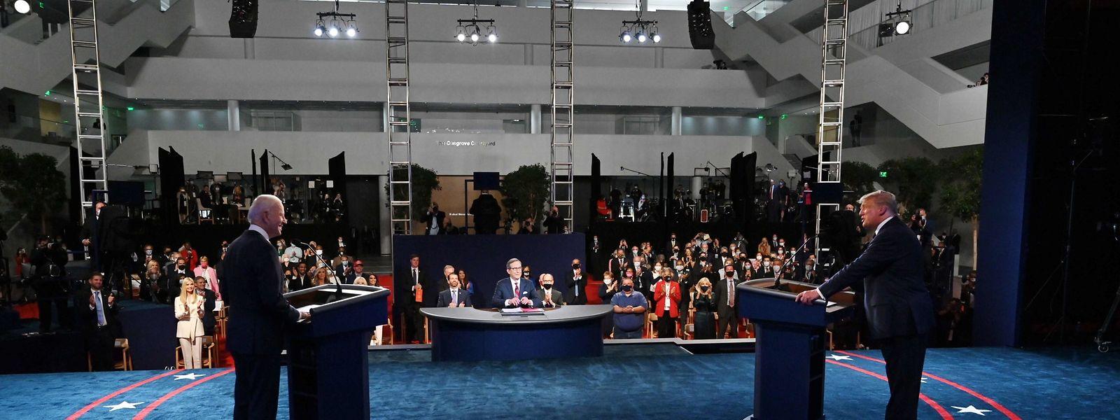 US-Präsident Donald Trump (rechts) und sein Herausforderer Joe Biden bei der ersten TV-Debatte in Cleveland, Ohio.