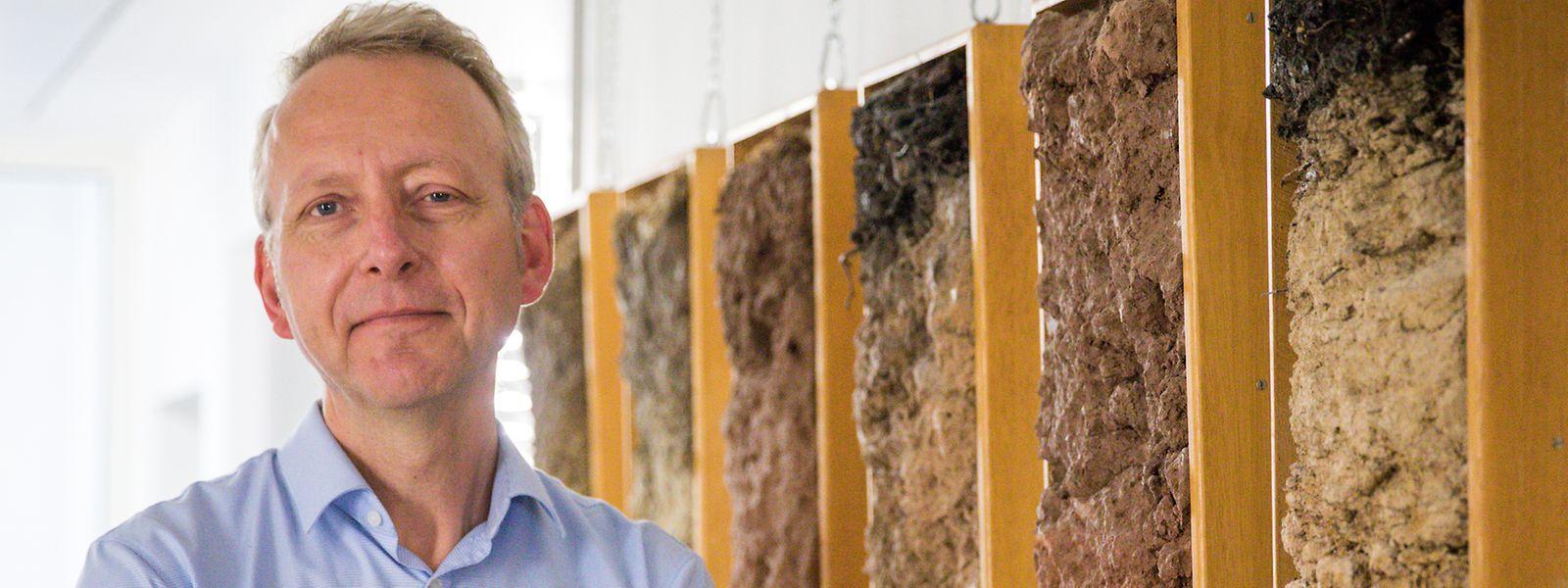 Der Agrarwissenschaftler Sören Thiele-Bruhn beschäftigt sich mit Bodenproben an der Universität Trier.
