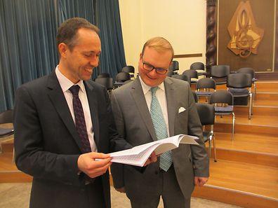 Domorganist Paul Breisch (l.) und Domchorregens Marc Dostert studieren die Partitur der neuen Messe, die zum Jubiläum eigens komponiert wurde.